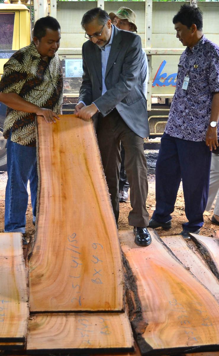 Duta Besar Inggris untuk Indonesia Moazzam Malik (tengah) melihat hasil produksi penggergajian kayu saat mengunjungi sentra pengrajin mebel di Desa Mindahan, Batealit, Jepara, Jawa Tengah, Selasa (23/2). Kunjungan tersebut dalam rangka meninjau industri kehutanan serta prospek dan ancaman bagi ekspor produk kayu Indonesia serta menindak lanjuti kesepakatan kemitraan pemerintah Indonesia dengan Inggris dan Uni Eropa bernama FLEGT (Forest Law Enforcement Governance and Trade) Valuntary Partnership mengenai perdagangan penuh produk kayu dengan Uni Eropa. ANTARA FOTO/Yusuf Nugroho/foc/16.