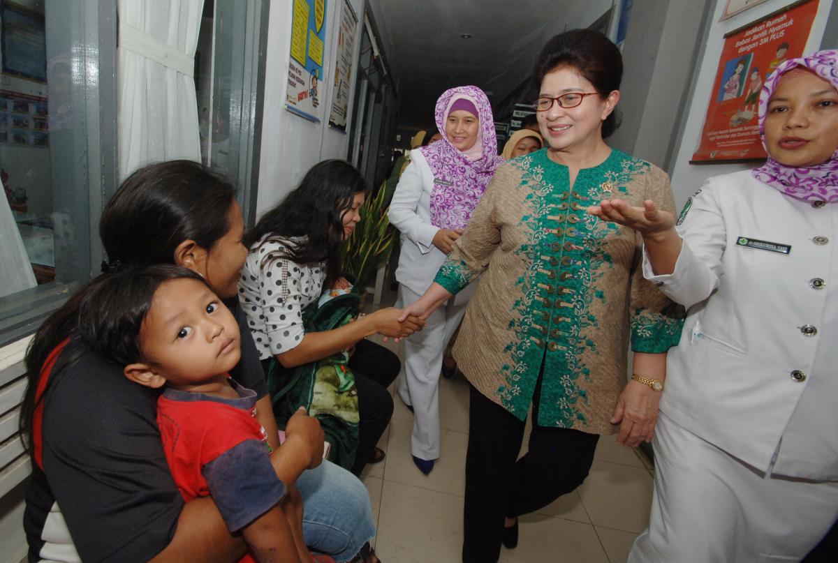 Menkes Nila F Moeloek meninjau pelayanan kesehatan di Puskesmas Lubuk Buaya, Padang, Sumatera Barat, Senin (22/2). Menkes mengimbau agar tenaga kesehatan di puskesmas dan rumah sakit meningkatkan kualitas pelayanan kesehatan menghadapi era Masyarakat Ekonomi Asean (MEA). ANTARA FOTO/Iggoy el Fitra/pd/16