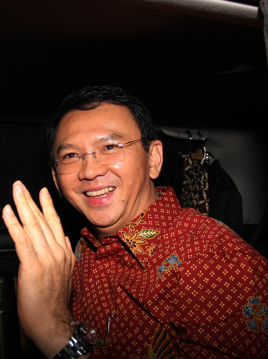 Gubernur DKI Jakarta, Basuki Tjahja Purnama (Ahok) menjawab pertanyaan wartawan usai menjalani pemeriksaan oleh penyidik Direktorat Tindak Pidana Korupsi Bareskrim Polri di Jakarta, Kamis (25/2).ANTARA FOTO/Reno Esnir.