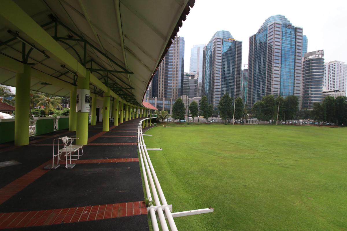 Suasana lapangan golf Senayan, Jakarta, Rabu (24/2). Kementerian Lingkungan Hidup dan Pemprov DKI Jakarta berencana mengubah fungsi Senayan Golf, yang sebelumnya merupakan kawasan komersial menjadi hutan kota atau Ruang Terbuka Hijau (RTH). ANTARA FOTO/Rivan Awal Lingga/pras/16