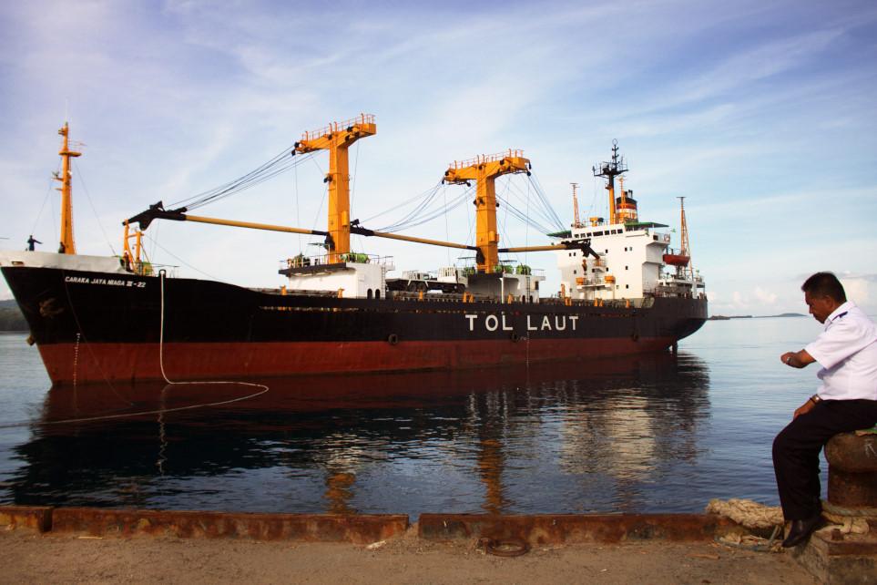 Seorang petugas pelabuhan berjaga di pelabuhan Ba'a sambil menunggu kedatangan kapal Tol Laut Cakara Jaya Niaga III-22 yang untuk pertama kali tiba di pelabuhan Ba'a Pulau Rote, NTT Senin (22/2). Kapal berbobot 3.253 GT dengan rute Surabaya-Larantuka-Lewoleba- Sabu Raiju-Rote dan Waigapu tersebut merupakan kapal yang digunakan untuk membantu memperlancar program tol laut yang menjadi program Presiden Joko Widodo, khusus wilayah Indonesia Timur . ANTARA FOTO/Kornelis Kaha/ama/16.