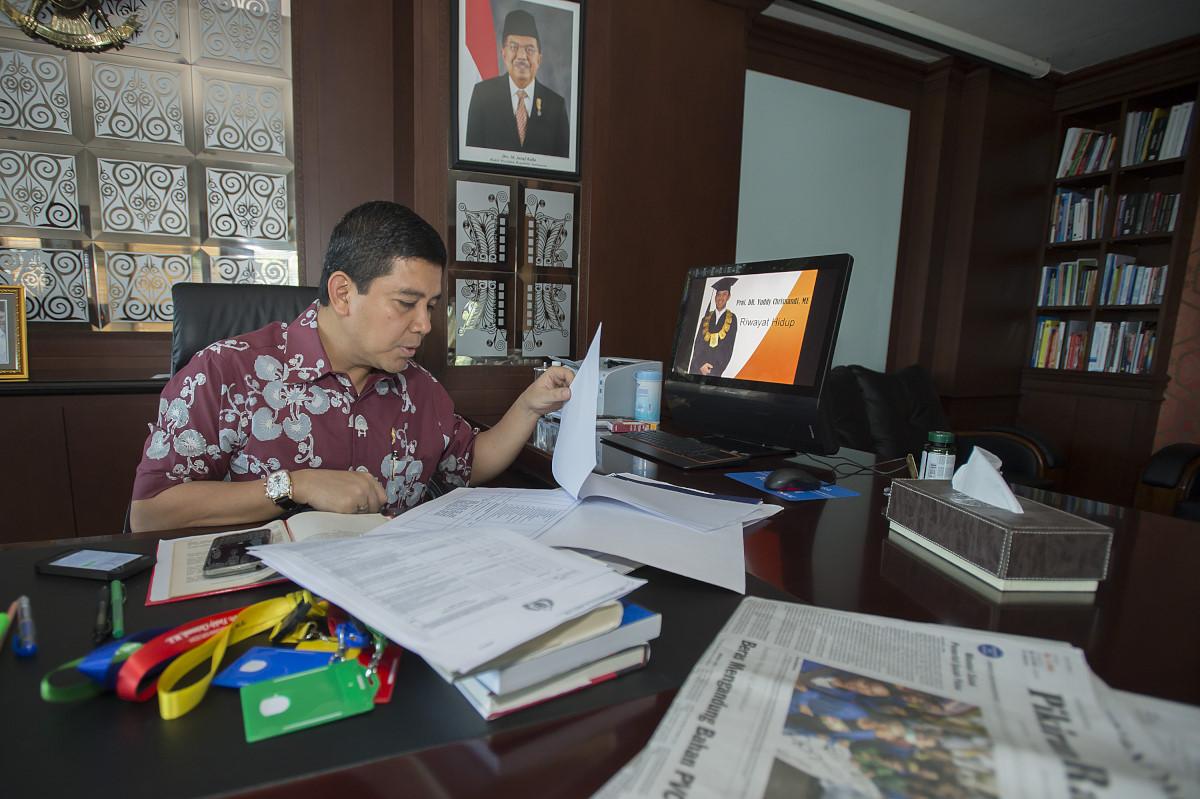 Menteri Pendayagunaan Aparatur Negara dan Reformasi Birokrasi Yuddy Chrisnandi memeriksa sejumlah dokumen di ruang kerjanya di Kementerian PAN dan RB di Jakarta, Jumat (22/5). Menurut politikus Partai Hanura tersebut dirinya akan dikukuhkan sebagai Guru Besar bidang Ilmu Pembangunan Ekonomi Industri dan Kebijakan Publik oleh Universitas Nasional (UNAS) pada Sabtu (23/5) di Jakarta. ANTARA FOTO/Widodo S. Jusuf/Rei/Spt/15.