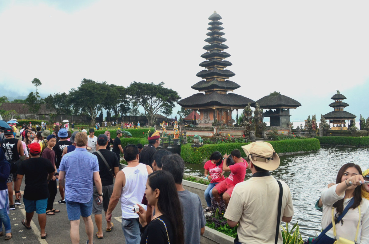 Sejumlah wisatawan memadati kawasan Pura Ulun Danu, Beratan, Tabanan, Bali, Minggu (6/3). Aktivitas keagamaan umat Hindu menyambut Hari Raya Nyepi tahun Caka 1938 menjadi daya tarik bagi wisatawan untuk mengunjungi Pura Ulun Danu yang terletak di kawasan Danau Bedugul, Bali. ANTARA FOTO/Fikri Yusuf/ama/16