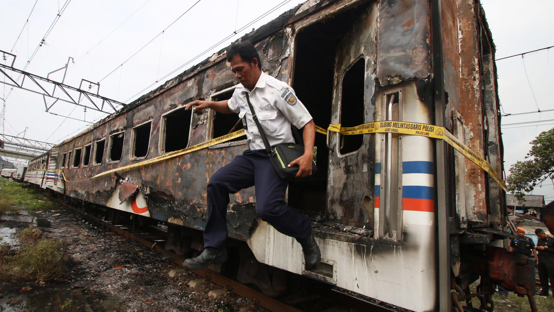 Tiga Gerbong Kereta Api Gosong Terbakar