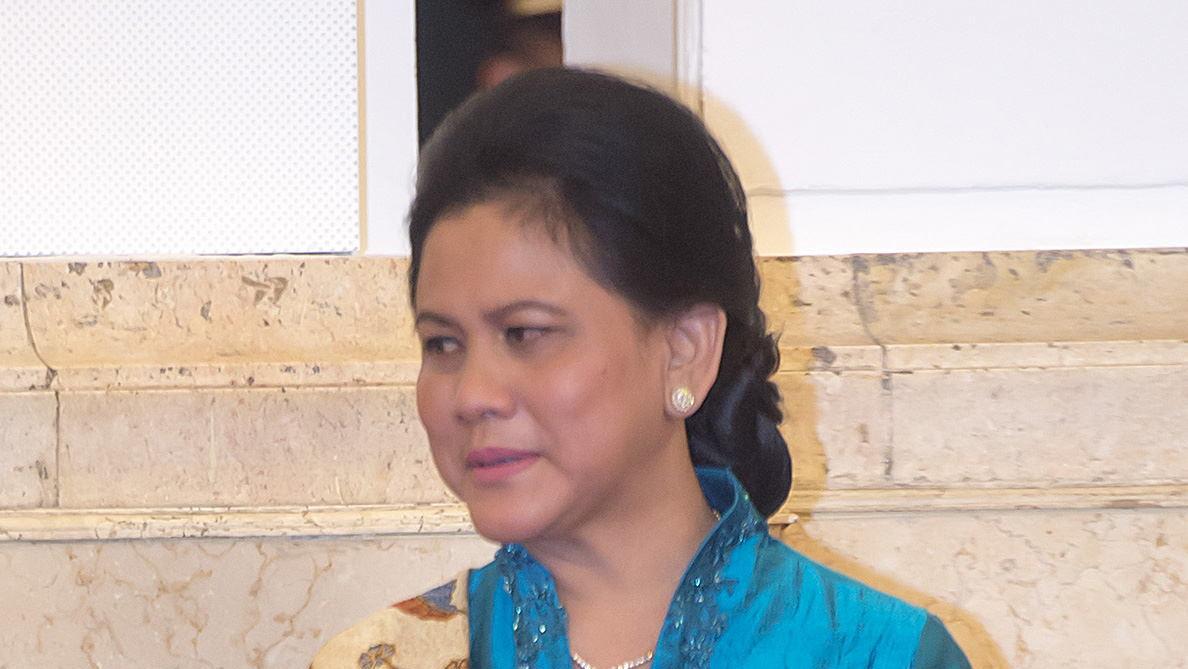 """Ibu Negara """"Pacaran"""" dengan Anak SMA di Depan Jokowi"""