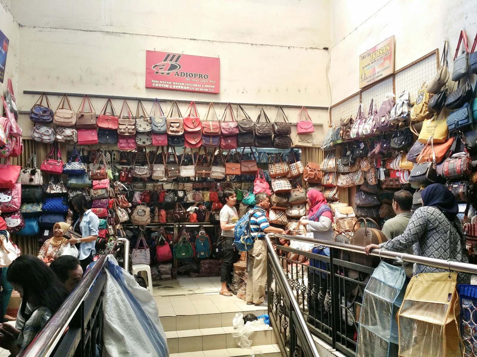 Brimob Menjaga Aktivitas Pedagang di Area Pasar Baru