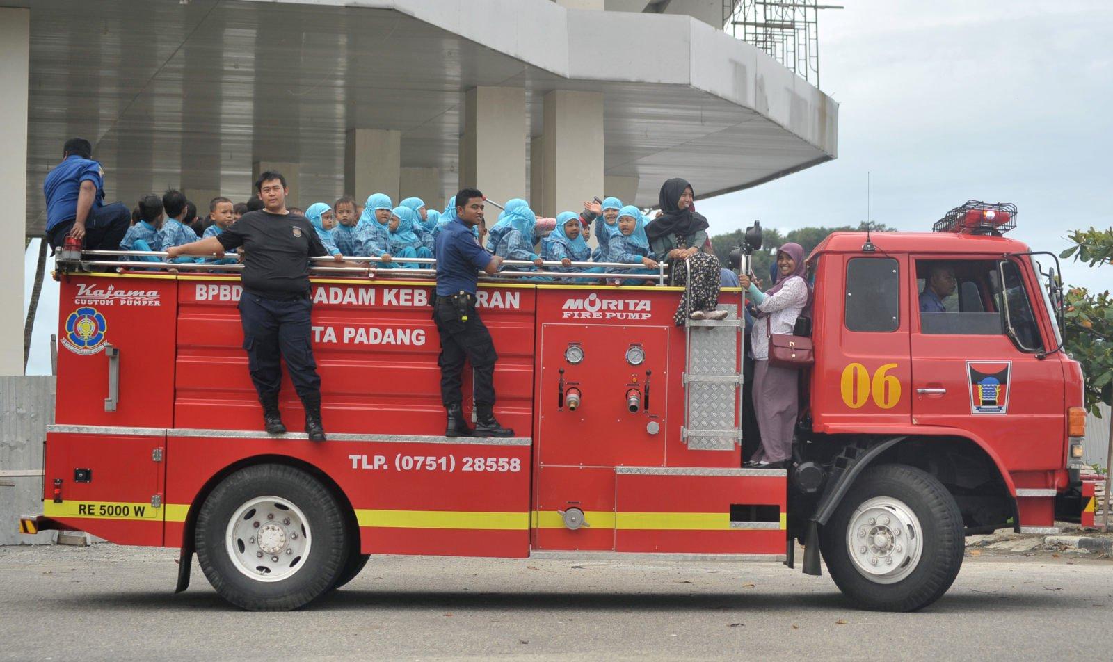Dinas Pemadam Kebakaran Memodifikasi Mobil Jadi Tempat Wudhu