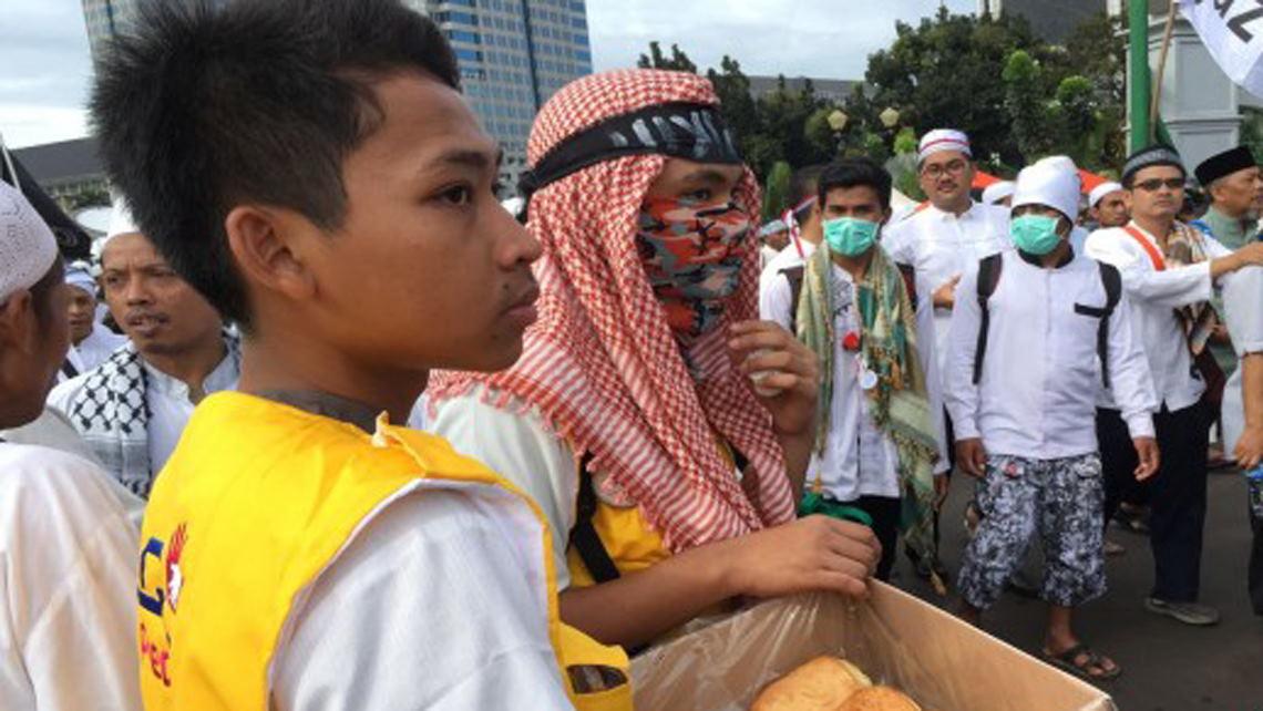 Mengais Rezeki di Tengah Ribuan Massa Aksi 212