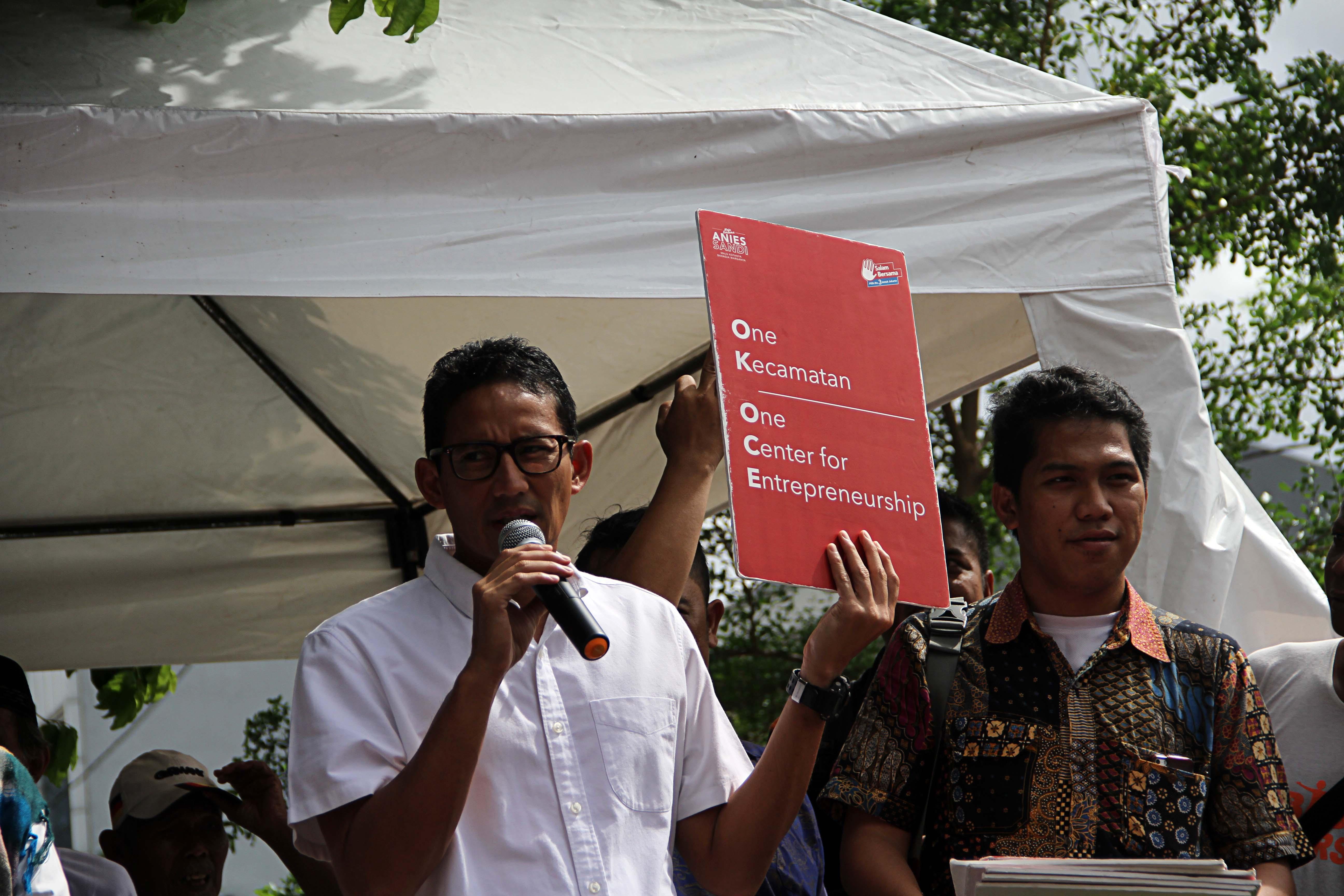 Sandiaga Pamerkan Sepatu Oke Oce Saat Lari di Bogor