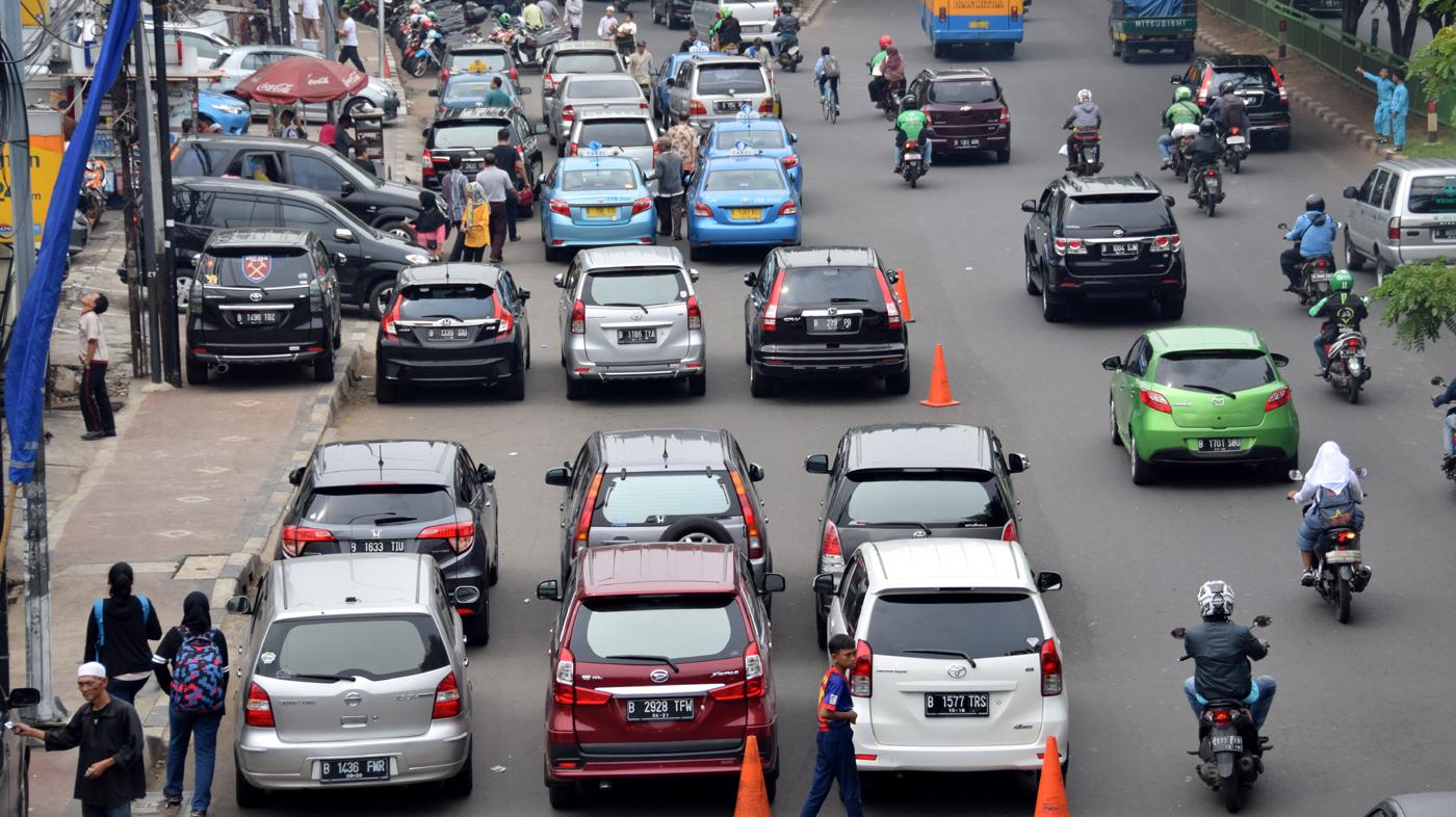 Saat Jalan Umum Jadi Garasi Mobil Pribadi