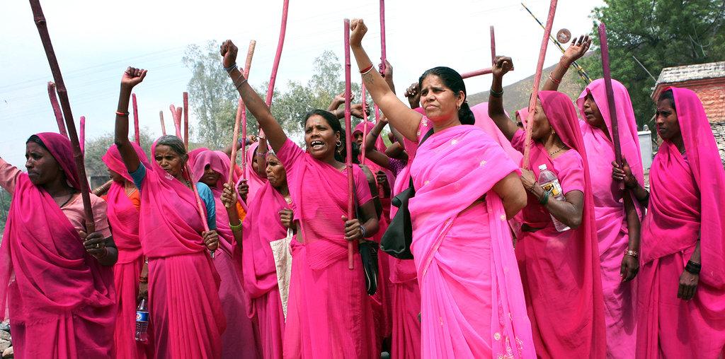 Gulabi Gang: Pentungan Bambu untuk Pelaku Perkosaan