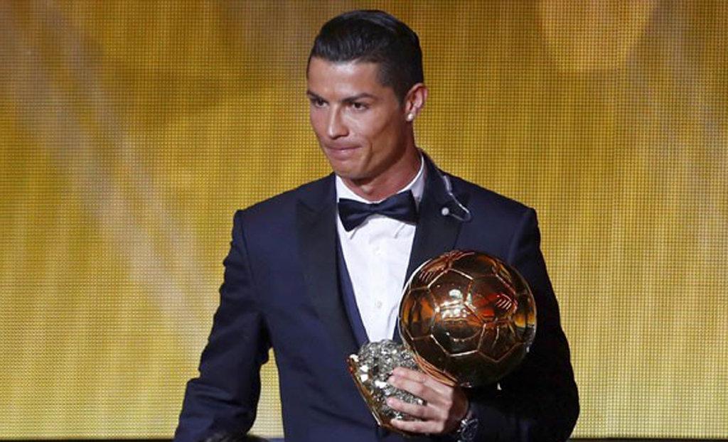 Cristiano Ronaldo Raih Gelar Ballon d'Or dan Imbangi Rekor Messi