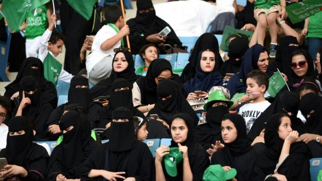 Perempuan Saudi Tonton Sepak Bola di Stadion untuk Pertama Kali