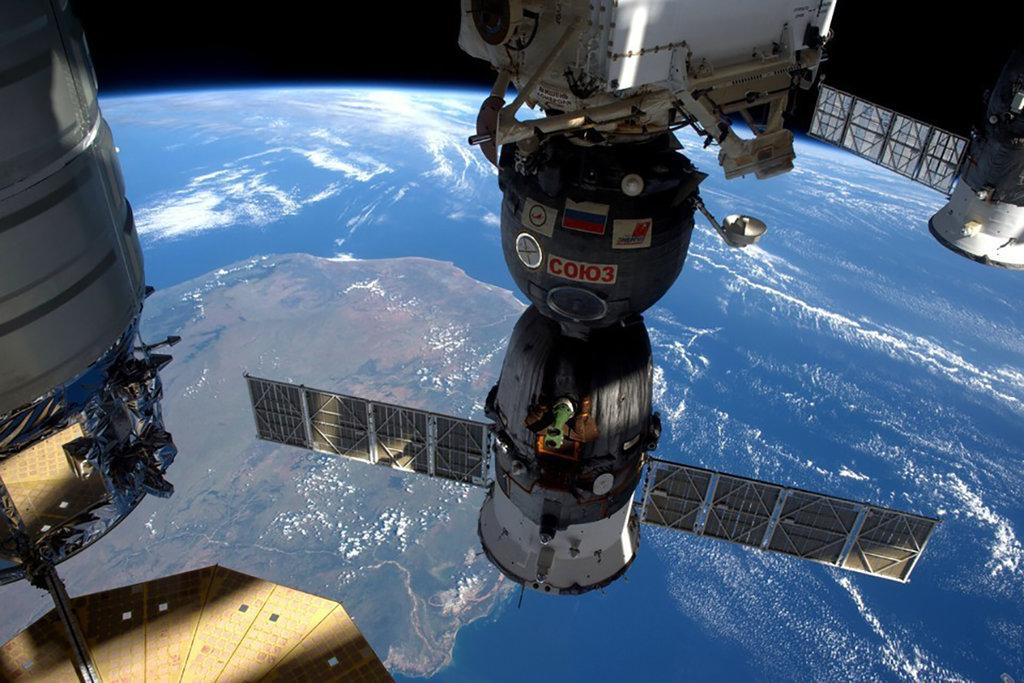 Mana Lebih Unggul Internet Kabel Bawah Laut atau Satelit?