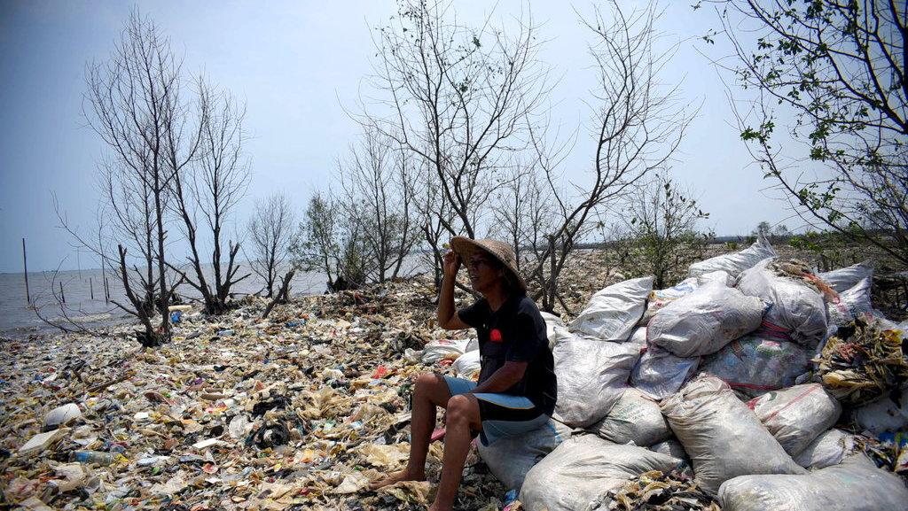 Pantai Sampah Teluknaga Pemerintah Yang Saling Menyalahkan