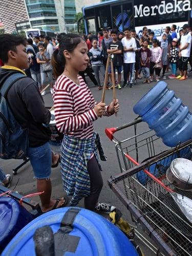 Sejumlah mahasiswa IISIP Jakarta yang bergabung dalam Resiva memainkan alat  musik dari barang bekas pada hari bebas kendaraan bermotor (HBKB) di  Kawasan ... 11751e0c1d