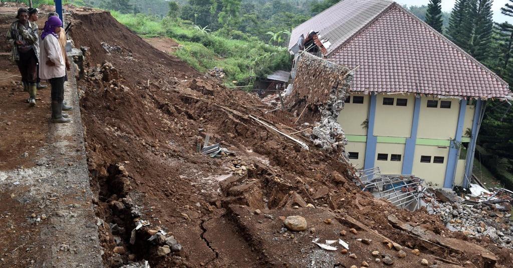 Foto bencana alam tanah longsor 53