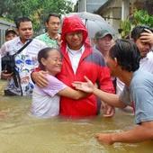 Gaya Politikus Menghadapi Banjir