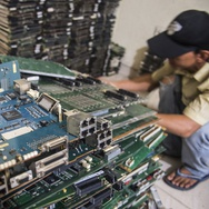 Menambang Emas dari Perangkat Elektronik Kita
