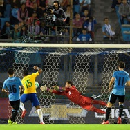 Tiga Gol Paulinho Beri Kemenangan Brazil atas Uruguay