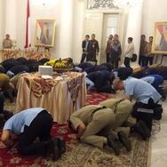 Anies-Sandi Sujud Syukur Transjakarta Capai 500 Penumpang Sehari