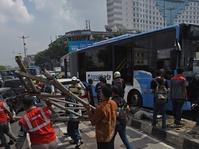 Bus Transjakarta Tabrak Pembatas Jalan