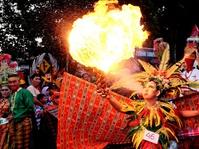 Karnaval Busana Tenun Sutra Tradisional