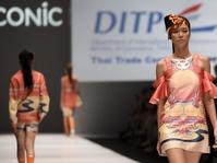 Indonesia-Malaysia Bergandengan di Jakarta Fashion Week