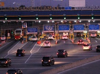 Arus Kendaraan di Gerbang Tol Cikarang Utama Makin Padat
