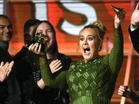 Adele Mematahkan Piala Grammy Demi Beyonce