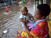 Ceria Anak-Anak di Tengah Banjir