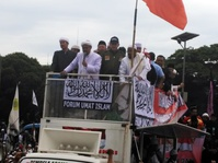 Massa Aksi 212 Berang saat Politikus PDIP Naik Mobil Komando