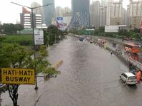 Polisi dan TNI Bergerak Bantu Penanganan Banjir di Jakarta