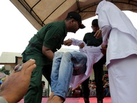 Hukuman Cambuk di Aceh Jadi Tontonan Wisatawan Malaysia