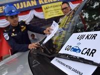 Sopir Taksi Online Menanggung Tua di Jalan tanpa Jaminan