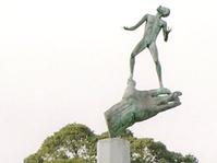 Patung The Hand of God dan Pemahatnya yang Monumental