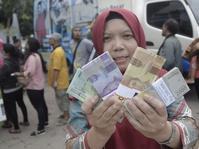 Warga Antre Tukarkan Uang Untuk Lebaran