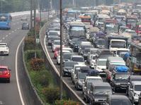 Arus Lalu Lintas di Tol Jakarta-Cikampek Macet Panjang