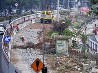 Luhut Minta Maaf Pembangunan LRT Mengganggu Lalu Lintas