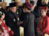 Jokowi Beri Sepeda untuk 5 Orang dengan Pakaian Adat Terbaik