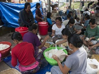 Pemerintah Beri Bantuan Air untuk Pengungsi Gunung Agung