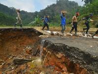 Banjir Pangandaran Surut, Warga Bersihkan Tumpukan Lumpur
