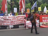 Unjuk Rasa di Tengah Perayaan Anies-Sandi