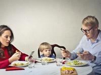 Jangan Keseringan Main Ponsel Saat Mengasuh Anak Anda