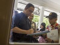 Anies: Subsidi Pangan & Kartu Transjakarta Gratis bagi Penerima UMP
