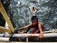 Anak-anak Bermain di Kawasan Proyek Tanggul Raksasa