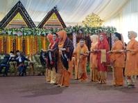 Jokowi dan Iriana Diberi Ulos di Pesta Pernikahan Kahiyang-Bobby