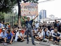 Ratusan Sopir Angkot Demo Tolak Penutupan Jalan Jati Baru