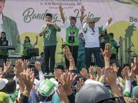 Kampanye Pilgub Jabar 2018: Ridwan Kamil Gelar Cukur Rambut Gratis