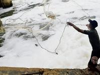 Menjala Ikan di Sungai Tercemar